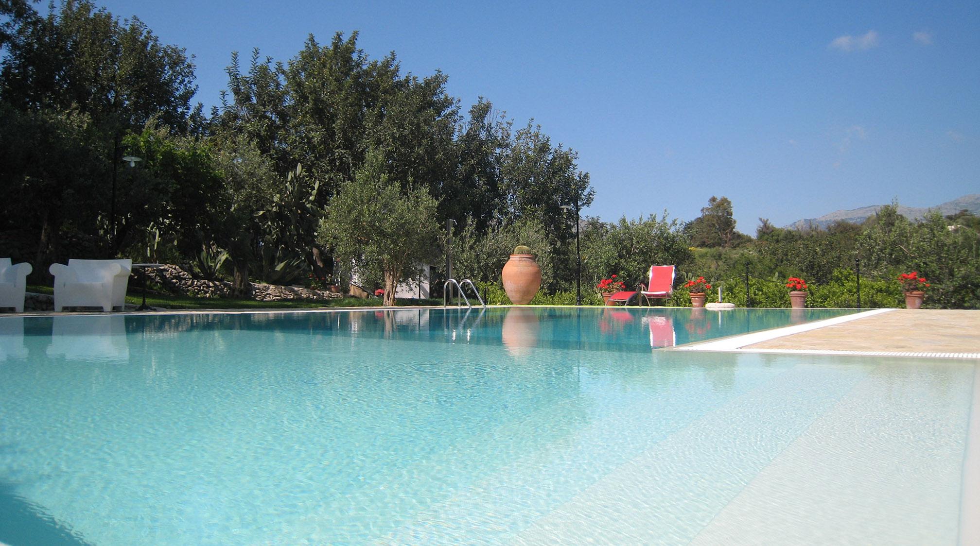 Piscine a sfioro for Immagini piscine design
